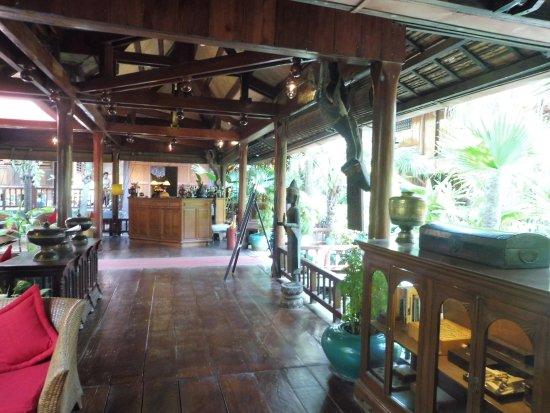 Angkor Village Hotel: Teil der Lobby und Bar