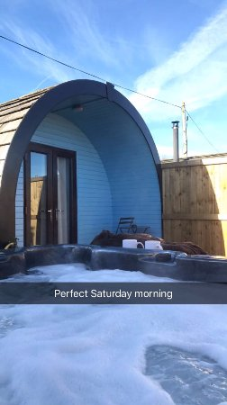 Frodsham, UK: Hot Tub on the Pod's Wooden Terrace