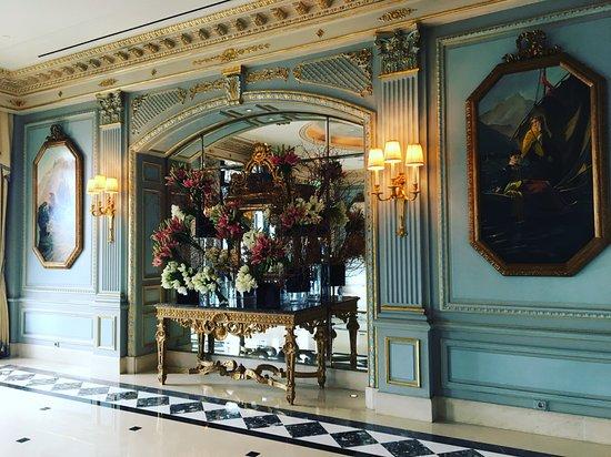 Four Seasons Hotel des Bergues Geneva: Flower piece in the main entrance
