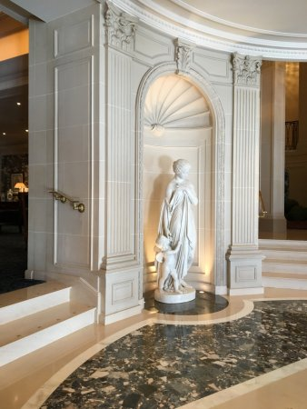 Four Seasons Hotel des Bergues Geneva: Stunning statue in the lobby