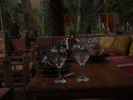 la couvert est mis dans le salon de jardin - Photo de Villa Zagora ...