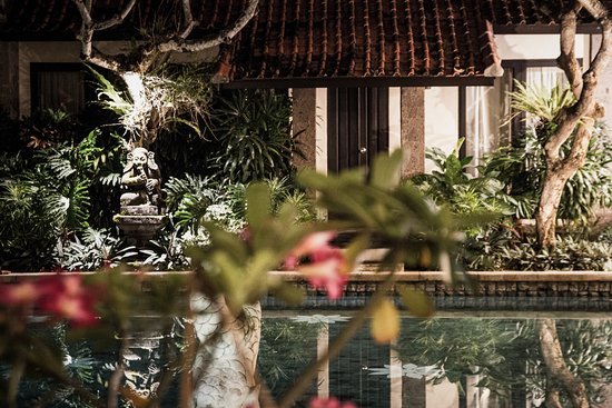 Puri Mesari Hotel & Suites: Pool bei Nacht.