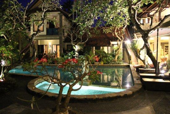 Puri Mesari Hotel & Suites: Anlange am Abend von der Terrasse aus.