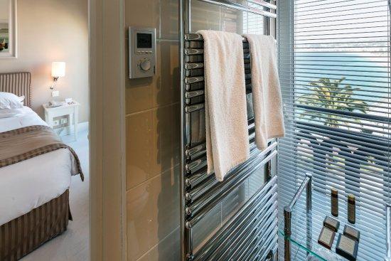 Hotel Suisse : Vue mer de la salle de bain