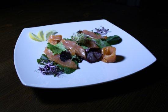 Comerio, Italy: Stracotti di salmone Loch Fyne marinato su letto di insalata di campo e panna acida