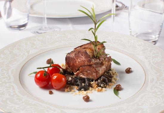 Gouvieux, France: Noisette d'agneau rôtie, crumble au romarin, poêlée forestière et moutarde à l'aïl rose