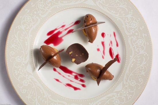 Gouvieux, France: Douce ganache au chocolat sur pain d'épice et sa surprenante crème glacée du Périgord