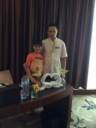 Fairmont Bab Al Bahr: Roy with my brother, he was all smiles & he was extremely helpful!!