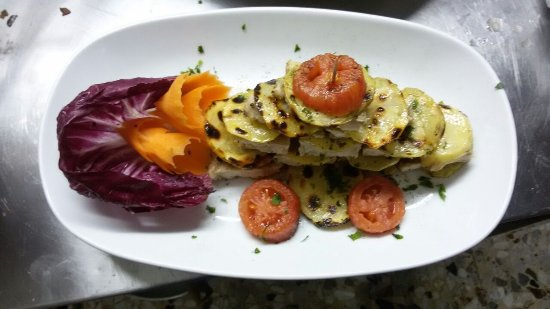 Quercianella, Italien: tranci di pesce spada con patate grigliate, pomodoro, carote, radicchio rosso infornate con olio