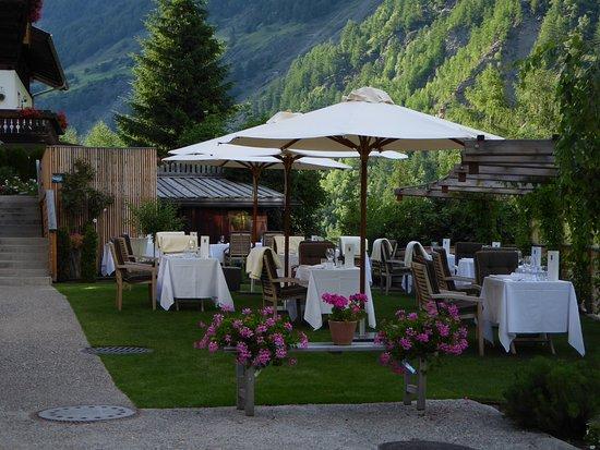 Senales, Italië: Restaurant in der wunderschönen Gartenanlage