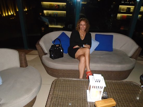 Le Meridien Mina Seyahi Beach Resort and Marina: WAITING FOR SHISHA ...AND HAVING A DRINK ...