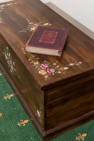 Sebes, Roumanie : Antique 100-years-old chest