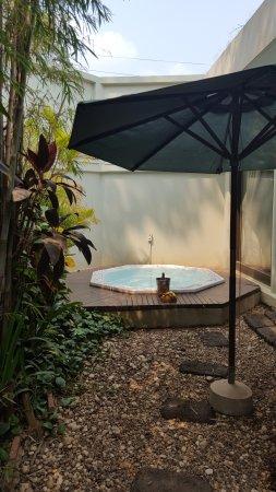 Heritage Suites Hotel: terrasse de la chambre avec jacuzzi