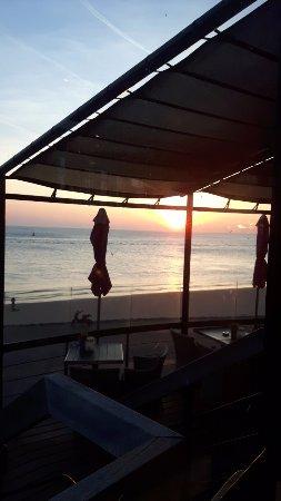 Vlissingen, The Netherlands: dit was het uitzicht en de prachtige zonsondergang vanaf ons tafeltje