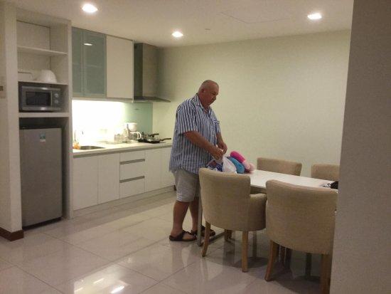 Fraser Place Kuala Lumpur: Spacious kitchen