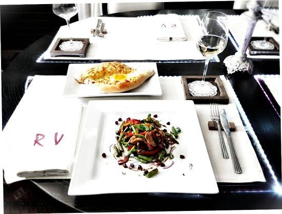 Теплый салат с телятиной и гранатовым соусом