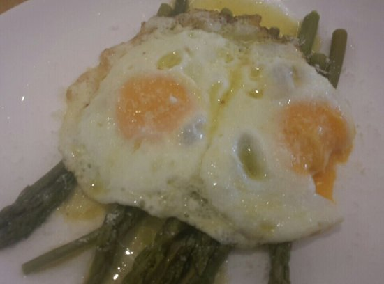 Olgiate Olona, Italia: Asparagi con uova. Deliziosi!