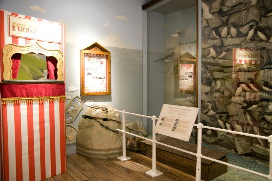 Batley, UK: The Seaside Gallery at Bagshaw Museum