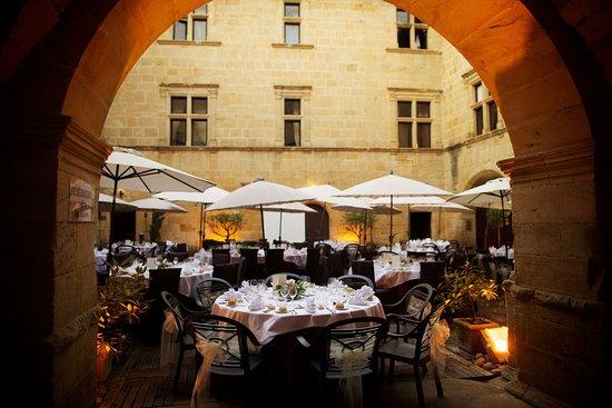 Couiza, France: Repas de mariage dans la cour du chateau