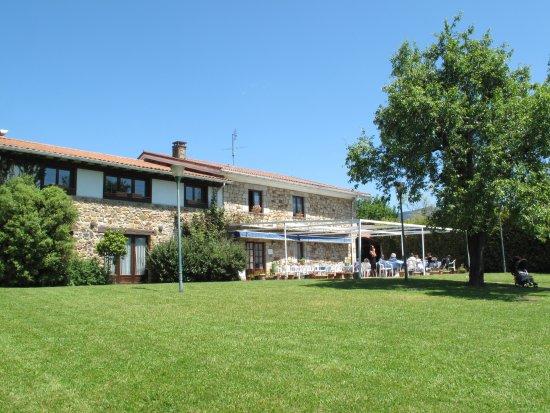Mungia, Spain: Jardines y vista terraza