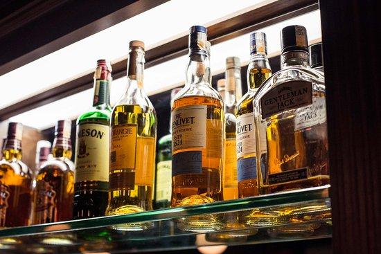 The Basement English Pub: Os melhores whyskies fazem parte da nossa carta de bebidas. Venha conferir!