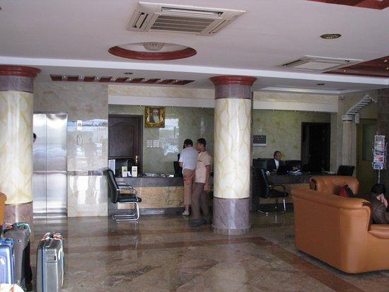 Hall d\'entrée de l\'hôtel - Picture of Nizwa Hotel Apartments, Nizwa ...