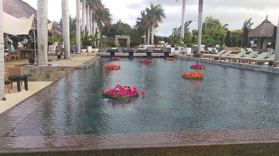 Four Seasons Resort Mauritius at Anahita: 沙灘邊就有個不錯的餐廳,下午可以悠閒地點一杯飲料在沙灘邊玩水,發呆