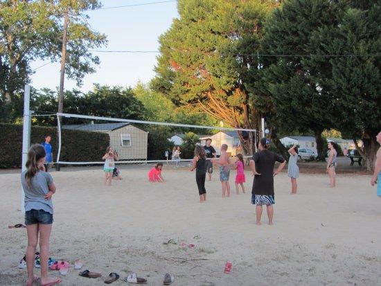 Azur, France: Terrain de volley sur le sable