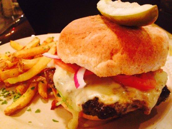 Wakefield, Kanada: Our burger with locally-sourced Hale Farm ground sirloin.