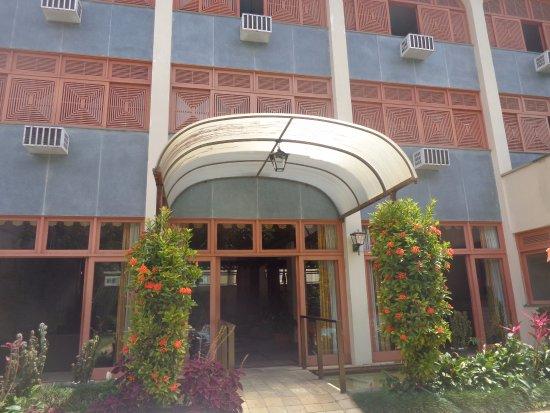 Hotel Ponte Real: Entrada da piscina para o hotel.