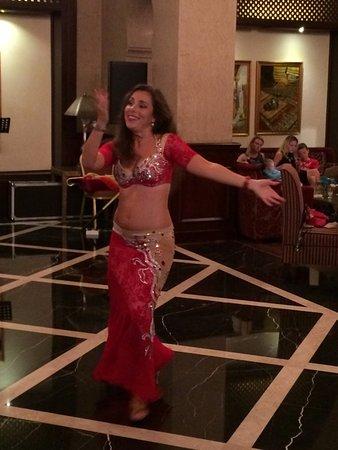 Miramar Al Aqah Beach Resort: восточные танцы в лобби баре.