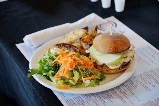 Danville, Καναδάς: Notre fameux Lamb Burger! Photo par Sylvain Laroche