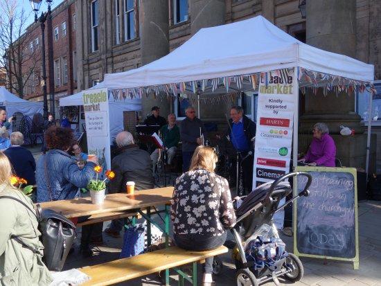 Macclesfield, UK: Brilliant live music on the treacle market