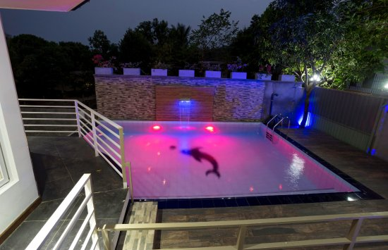Kundasale, Σρι Λάνκα: Outdoor Swimming Pool at Night