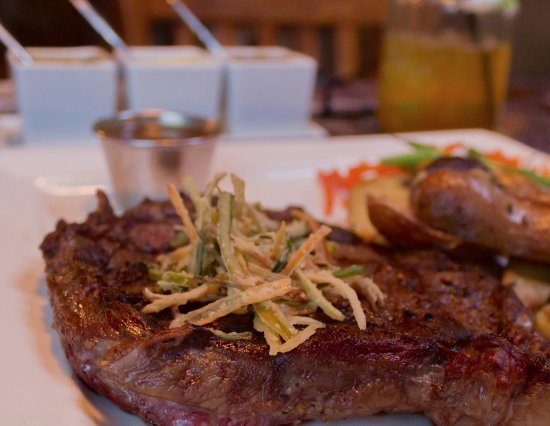Manchester, Вермонт: Rib Eye steak with Crispy Fried Leeks & Trio of Sauces on the side