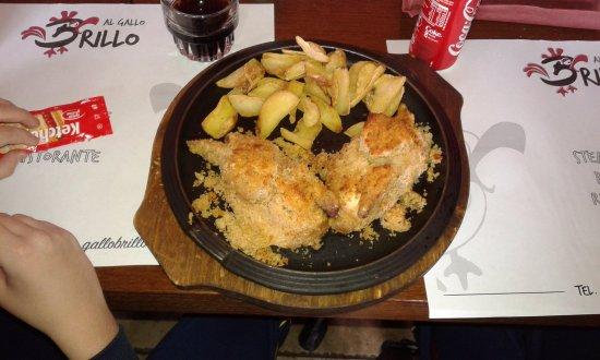 Castelletto di Momo, Италия: Galletto alle erba e patate diper (con buccia)