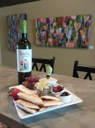 La Conner, Waszyngton: Our hummus plate paired perfectly with Sauvignon Blanc