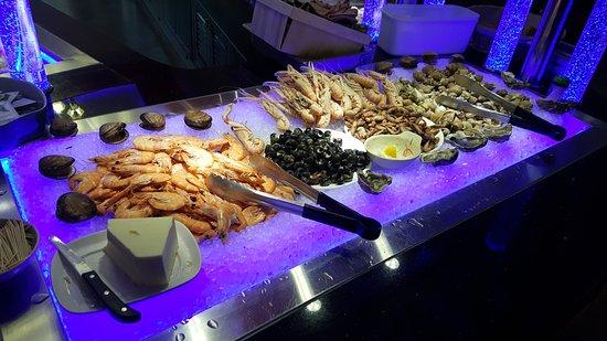 Herouville-Saint-Clair, France: vue du comptoir fruits de mer à volonté