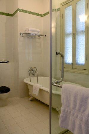 Raffles Hotel Le Royal: Room 306 - bath tub and shower cabin