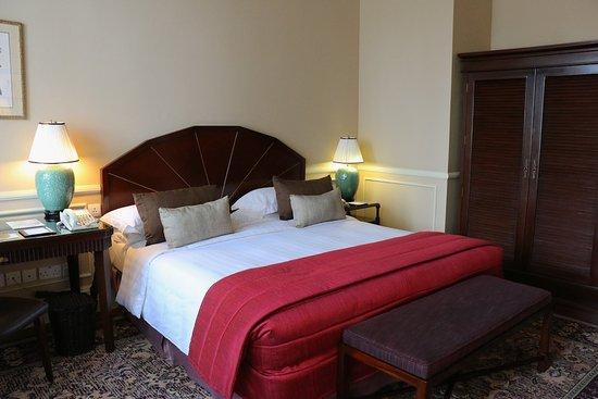 Raffles Hotel Le Royal: Room 306 - bed