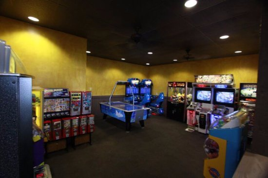 Fountain Valley, CA: pizza restaurant game room