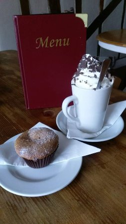 Hadleigh, UK: Hot chocolate plus and muffin