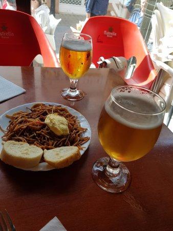 Cunit, Spagna: Tapa gatis con la copa de cerveza. También con las botellas de vino.