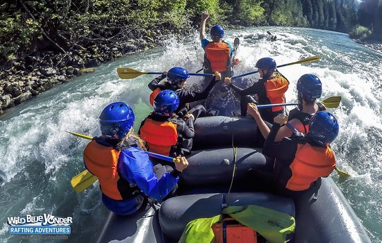 Revelstoke, Kanada: Riding the rodeo waves on the Illecillewaet!