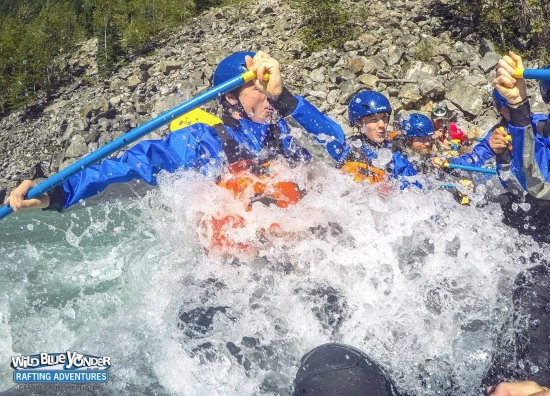 Revelstoke, Canadá: Paddle hard as we hit solid rapids and get buried in whitewater!