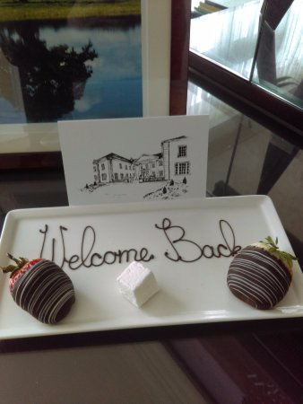 Castlemartyr, İrlanda: A card & strawberries to welcome us back, wonderful touch