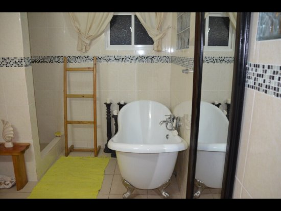 La Passe, Seychellene: Bath with shower and bathtub