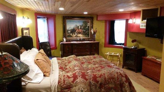 Stone Manor Boutique Inn: Red Garden Suite