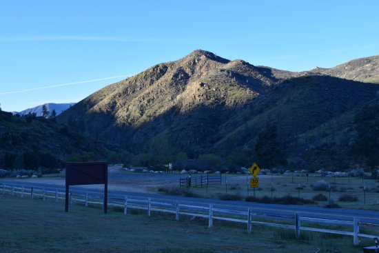 Kernville, CA: Looking across the road from the hotel
