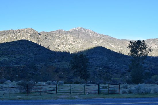 Kernville, CA: The corrals across the road from the hotel